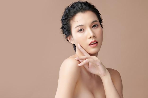 Mooie jonge aziatische vrouw met schone frisse huid op beige achtergrond, gezichtsverzorging, gezichtsbehandeling, cosmetologie, schoonheid en spa, aziatische vrouwen portret.