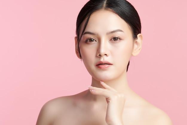 Mooie jonge aziatische vrouw met schone frisse huid op roze achtergrond, gezichtsverzorging, gezichtsbehandeling, cosmetologie, schoonheid en spa, aziatische vrouwen portret.
