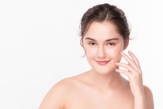 Mooie jonge aziatische vrouw met schone frisse huid op witte achtergrond, gezichtsverzorging, gezichtsbehandeling, cosmetologie, schoonheid en spa, aziatische vrouwen portret.