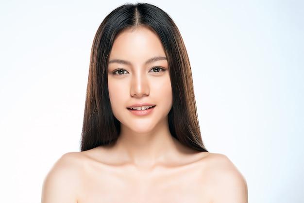 Mooie jonge aziatische vrouw met schone frisse huid,