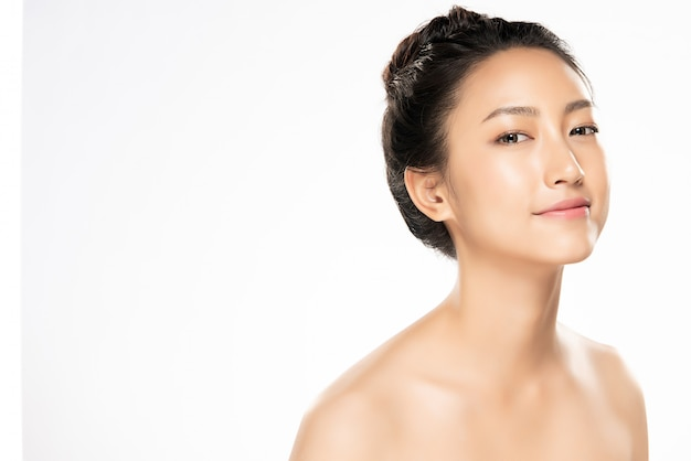 Mooie jonge aziatische vrouw met schone frisse huid