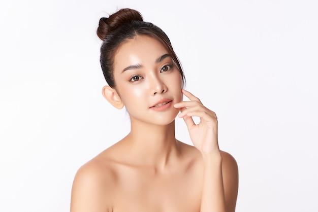 Mooie jonge aziatische vrouw met schone huid, gezichtsverzorging, gezichtsbehandeling, cosmetologie, schoonheid, aziatisch vrouwenportret