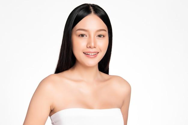 Mooie jonge aziatische vrouw met schone huid, gezichtsverzorging, gezichtsbehandeling, cosmetologie, schoonheid en kuuroord, aziatisch vrouwenportret