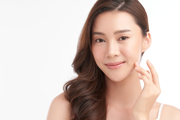Mooie jonge aziatische vrouw met schone huid, gezichtsverzorging, gezichtsbehandeling, cosmetologie, schoonheid.