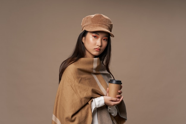 Mooie jonge aziatische vrouw poseren in stijlvolle kleding