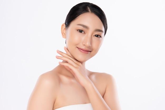 Mooie jonge aziatische vrouw wat betreft haar schoon gezicht met verse gezonde geïsoleerde huid, schoonheidsschoonheidsmiddelen en gezichtsbehandelingsconcept.