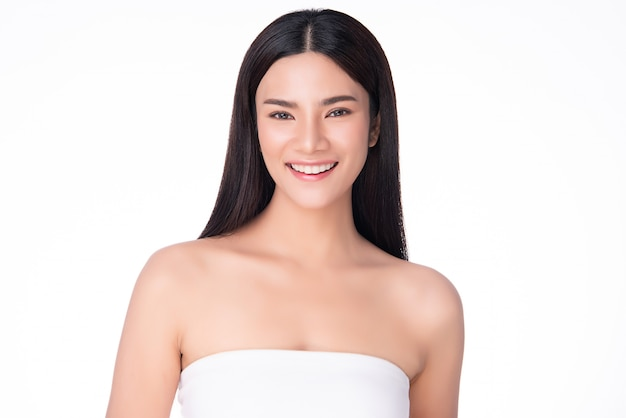 Mooie jonge aziatische vrouwenglimlach die zo gelukkig en vrolijk voelt. met een gezonde schone en frisse huid. geïsoleerd op wit. schoonheid cosmetica