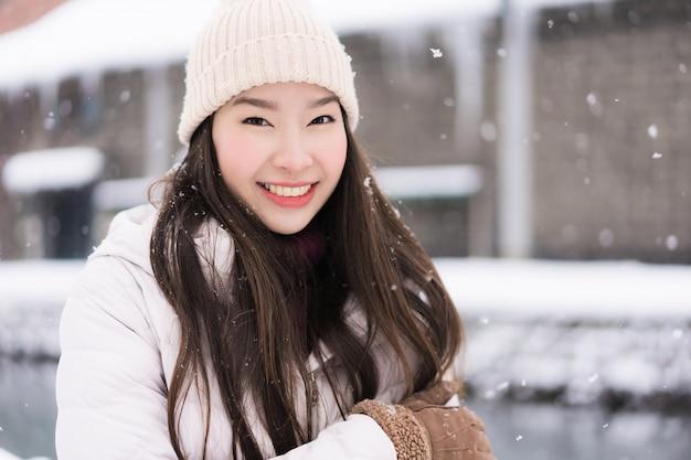 Mooie jonge aziatische vrouwenglimlach en gelukkig met reisreis in otaru-kanaal hokkaido japan