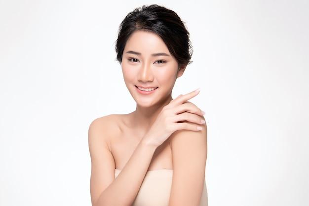 Mooie jonge aziatische vrouwenhand wat betreft op schouder. schone en frisse huid, beauty cosmetology concept