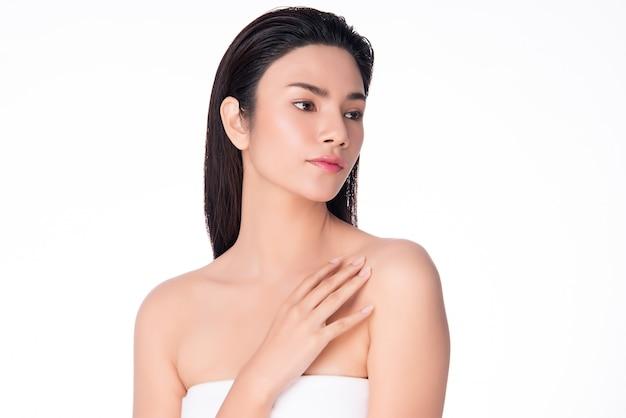 Mooie jonge aziatische vrouwenhand wat betreft op schouder. schone en frisse huid, geïsoleerd op wit, beauty cosmetology,