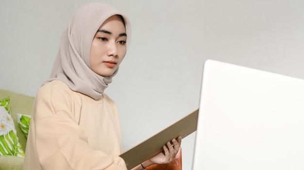 Mooie jonge aziatische zakenman die met zijn laptop werkt