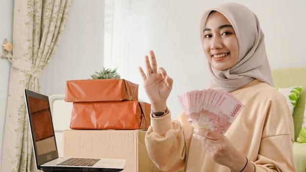 Mooie jonge aziatische zakenman die oke gebaart
