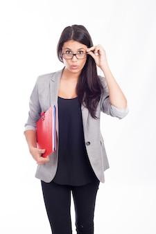 Mooie jonge bedrijfsvrouw die met een rode omslag verrast is