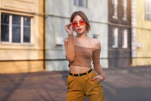 Mooie jonge blanke vrouw loopt straten van de stad warme zonnige zomerdag