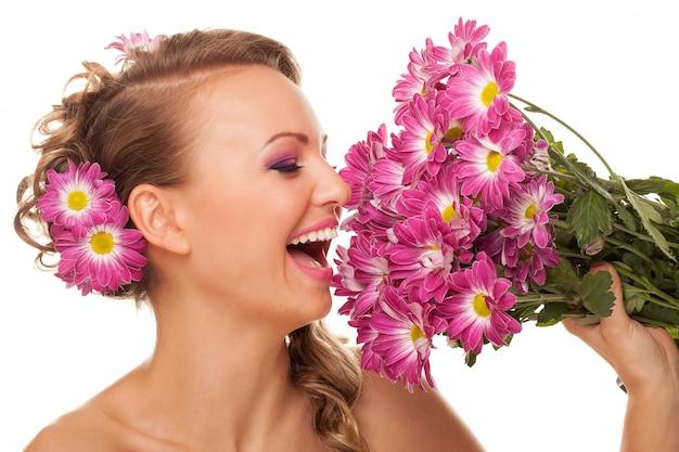 Mooie jonge blanke vrouw met bloemen
