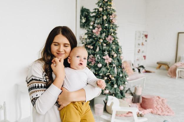 Mooie jonge blanke vrouw met haar baby