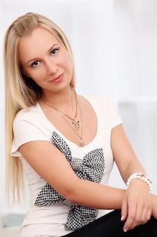 Mooie jonge blanke vrouw thuis