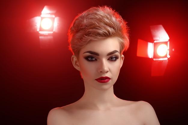 Mooie jonge blonde rode lippen vrouw poseren