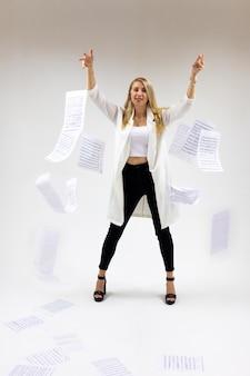 Mooie jonge blonde vrouw met muziek notities op witte achtergrond
