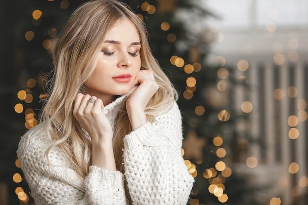 Mooie jonge blonde vrouw op kerstmis