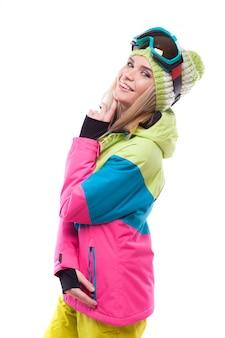 Mooie jonge blondevrouw in kleurrijke sneeuwlaag