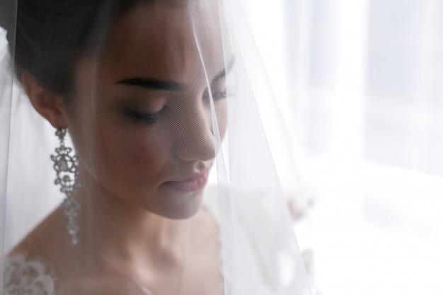 Mooie jonge bruid in een bruiloft decoratie