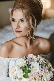 Mooie jonge bruid in haar trouwjurk