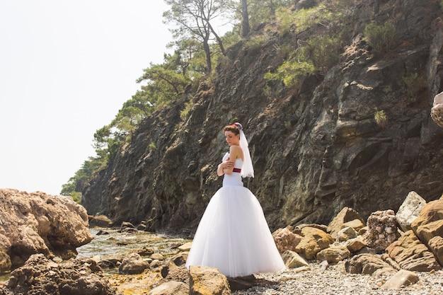 Mooie jonge bruid op de natuur