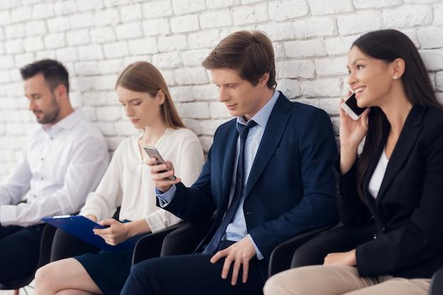 Mooie jonge brunette communiceert op telefoon