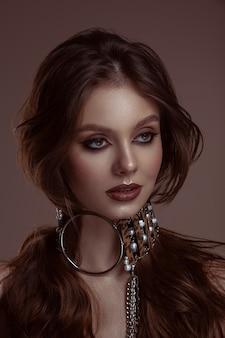 Mooie jonge brunette met make-up en lang haar