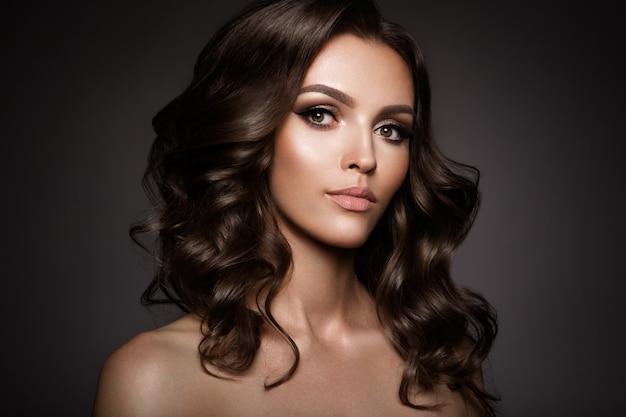 Mooie jonge brunette met make-up