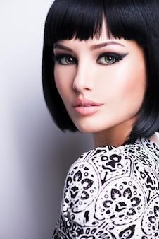 Mooie jonge brunette vrouw met kort kapsel