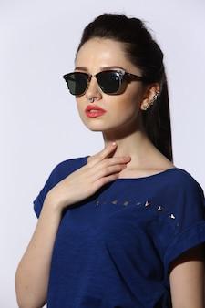 Mooie jonge dame die zonnebril draagt