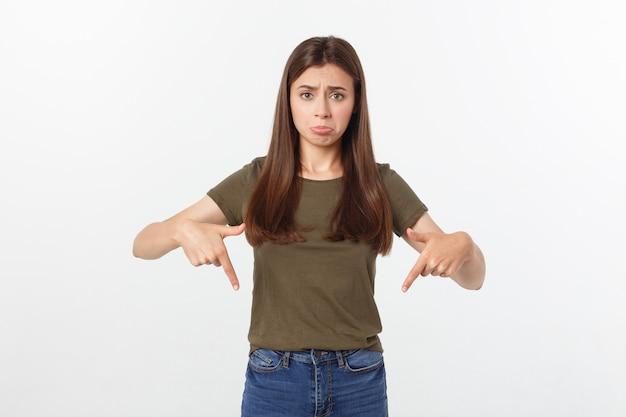 Mooie jonge elegante vrouw over geïsoleerde achtergrond die hand en vingers met droevige uitdrukking richten.