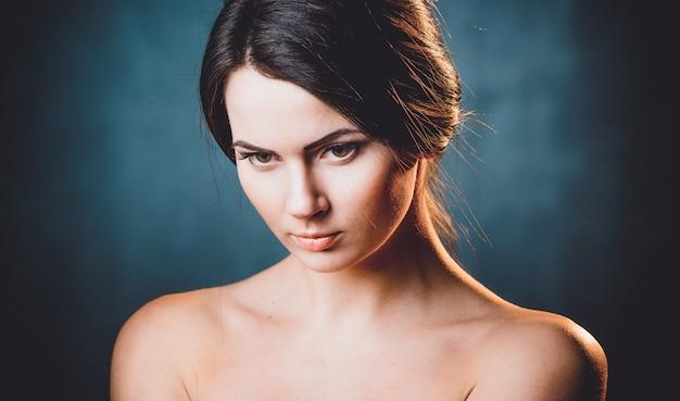 Mooie, jonge en emotionele vrouw