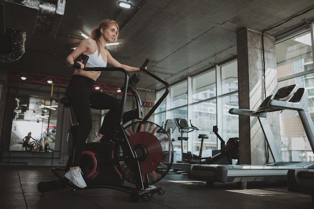 Mooie jonge fitness vrouw uit te werken in de sportschool