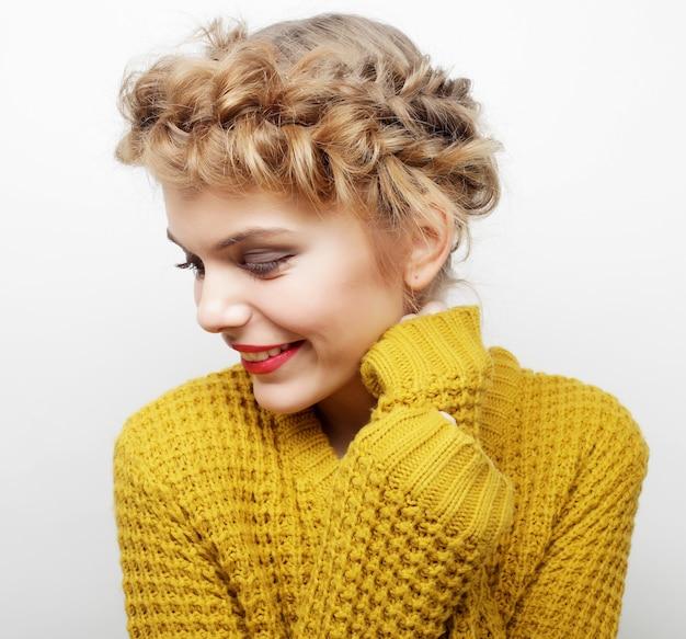 Mooie jonge gelukkige vrouw met schattige glimlach
