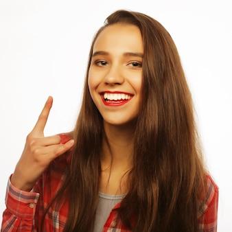 Mooie jonge gelukkige vrouw. studio opname.
