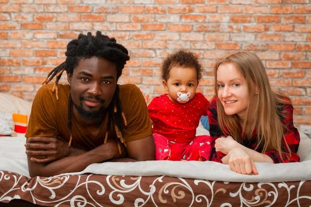 Mooie jonge gezin met dochtertje thuis