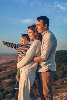 Mooie jonge gezin met een klein kind op een herfstwandeling