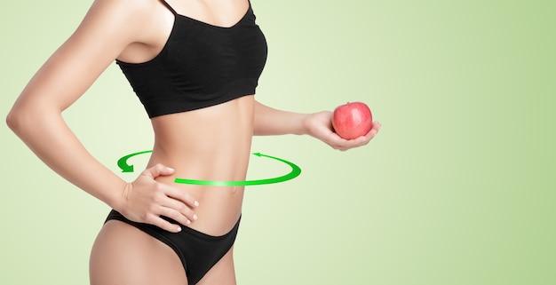 Mooie jonge gezonde vrouw met een rode appel. dieet en gezond eten