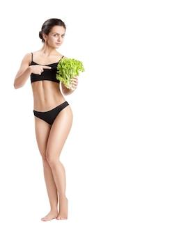 Mooie jonge gezonde vrouw met slablaadjes. dieet en gezond eten