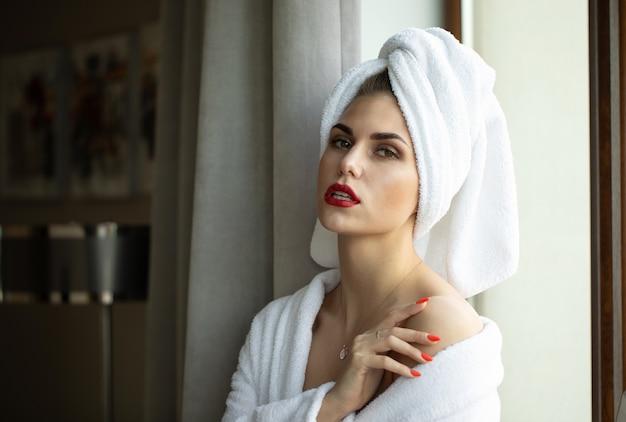 Mooie jonge gezonde vrouw ontspannen in een gewaad.