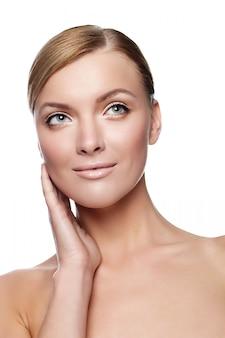 Mooie jonge glimlachende vrouw met gezond gezicht en schone huid