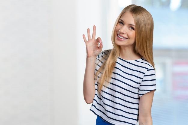Mooie jonge glimlachende vrouw