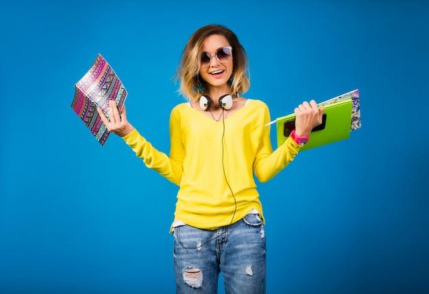 Mooie jonge hipster vrouw met boeken