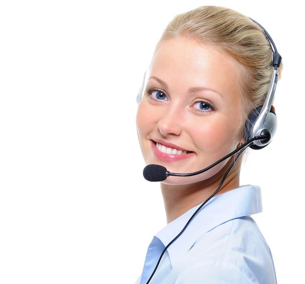 Mooie jonge lachende vrolijke vrouw met koptelefoon met microfoon