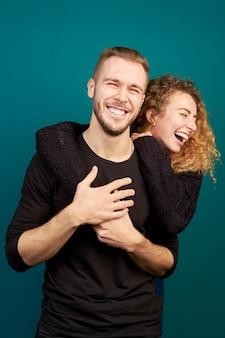 Mooie jonge liefdevolle paar lachen en knuffelen, veel plezier. familie. in een relatie.