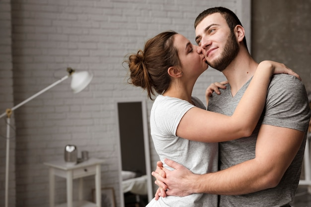Mooie jonge man en vrouw knuffelen