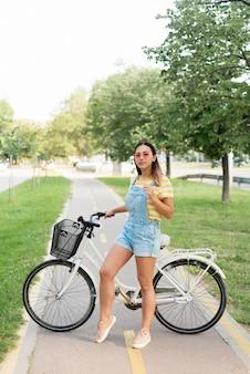 Mooie jonge meisjes berijdende fiets in openlucht